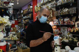 Снимка на деня: Дядо Коледа с маска в Гърция - Галерии - Дневник