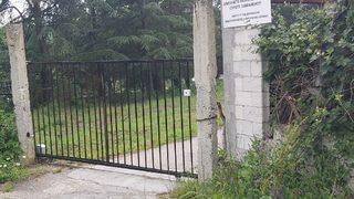 Преградата на общинския път към имота на Радев и Балабанов